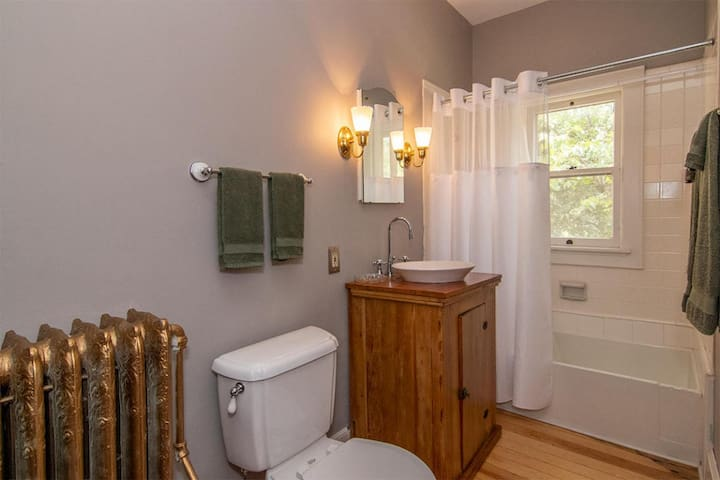 Parnee's room offers a full private, detached bathroom, tub & shower. Within the guest room is the convenience of a pedestal sink.