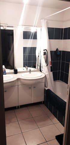 salle de bain double vasques baignoire