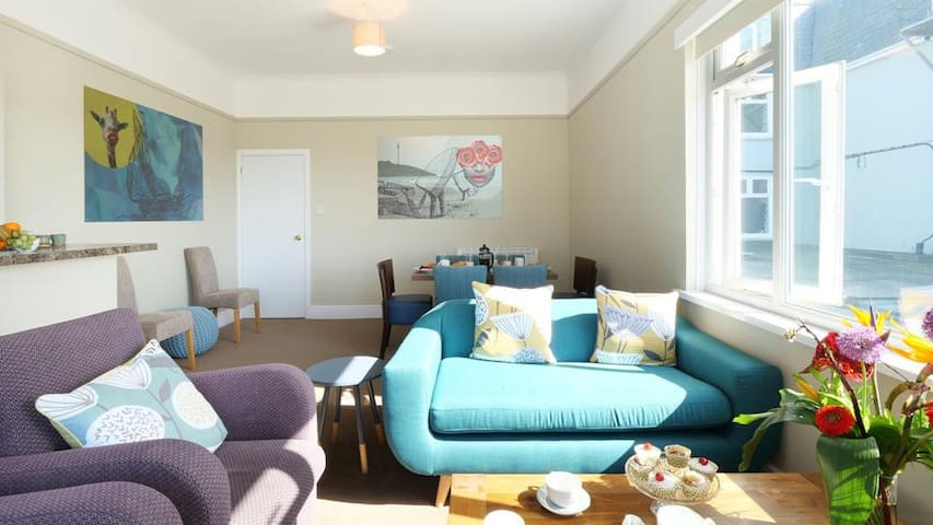 Perfect Location - Stones throw from town & beach!