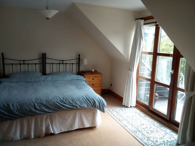 Spacious king-sized room in Innerleithen
