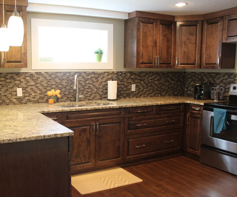 Beautiful, fully-stocked kitchen for guest's convenience!