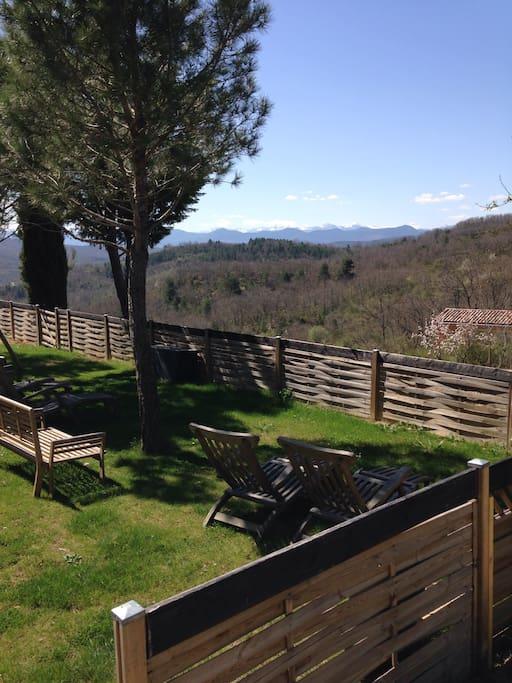 Vue sur les Pyrénées depuis le jardin