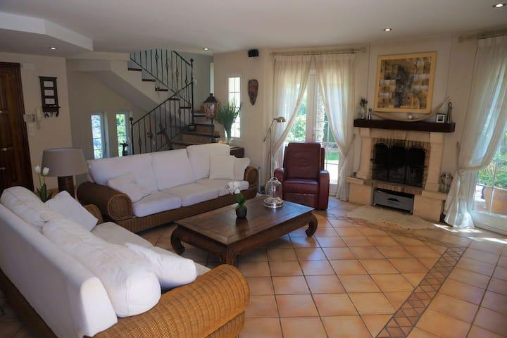 Beautiful villa in L'Alfàs del Pi within walking distance of the beach