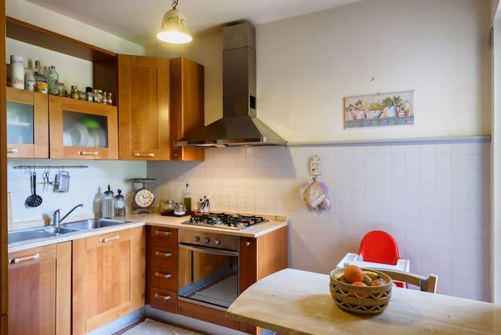 cucina abitabile con frigo, forno, lavatrice, e seggiolone per bambini - kitchen with fridge, oven, washing machine, and high chair for children