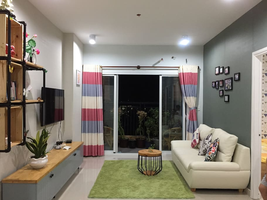 living room : cable TV, sofa, bookshelf, carpet, internet wifi free, coffee table. View Le Loi, Le Hong Phong street, Dai Liet Si,