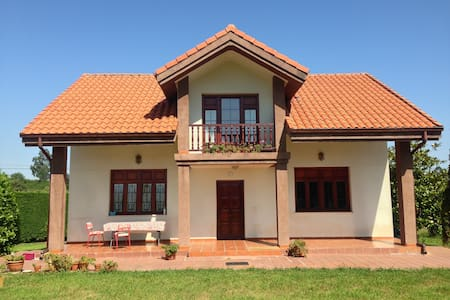 Big rustic house close to city sea and mountains - Camargo - Huis