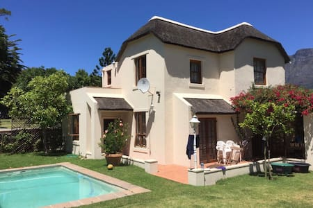 Quirky Farm feel near the city (US) - Cape Town - Rumah