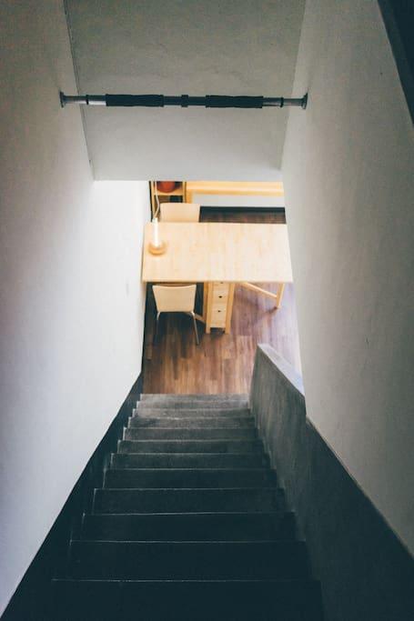 -樓梯下的共用客廳