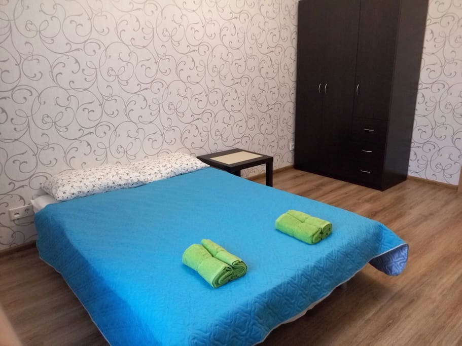 Спальня 1: Гладильная доска и сушилка в этом шкафу, в выдвижных ящиках утюг и фен.