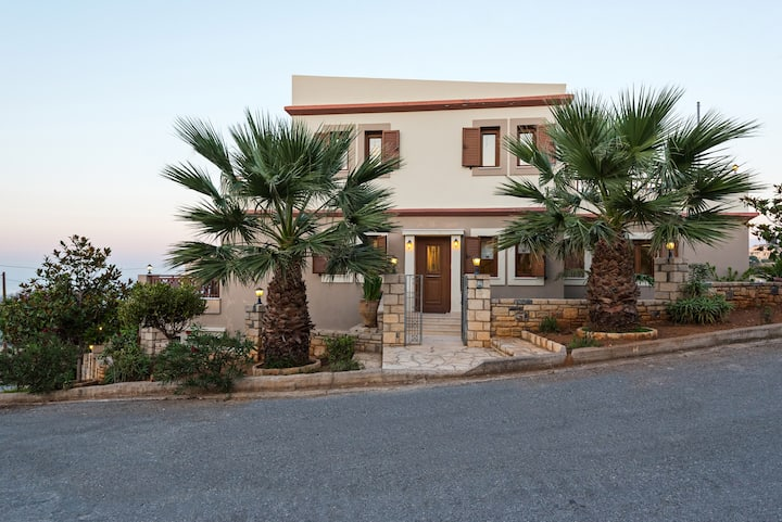 Luxury 3 bedroom house with a dazzling pool !