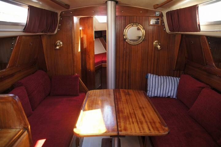 Bo i seglbåt nært Jugendbyen Ålesund