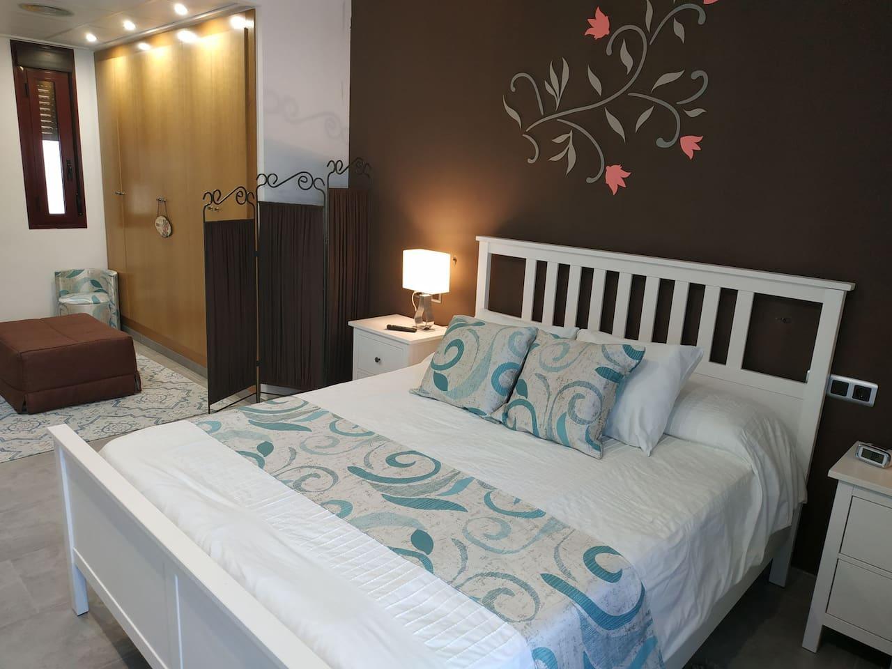 Dormitorio de motrimonio con vestidor y balcón