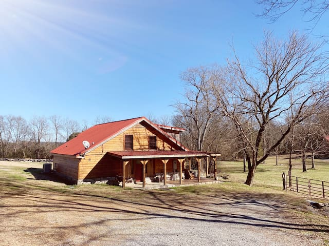 Rocky's Meadow - 100 year old converted barn