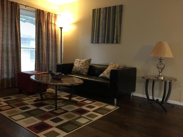 Quiet comfort living in Dallas - Dallas - Condominium