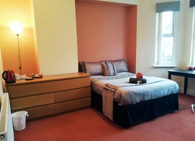 Spacious Double Room & Private En-suite Bathroom