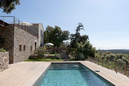 Superbe gite de charme, piscine,vue exceptionnelle - Corconne - 独立屋
