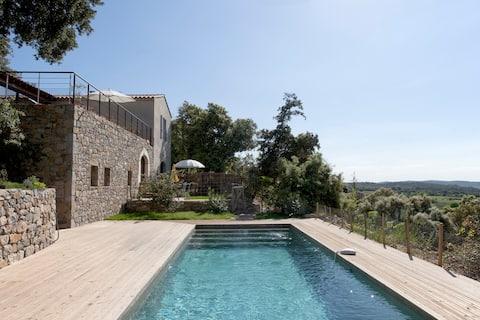 Vakker sjarmerende hytte, svømmebasseng, eksepsjonell utsikt