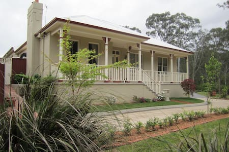 Bush setting Hills - Heather Rae - Rouse Hill, Sydney - Hus