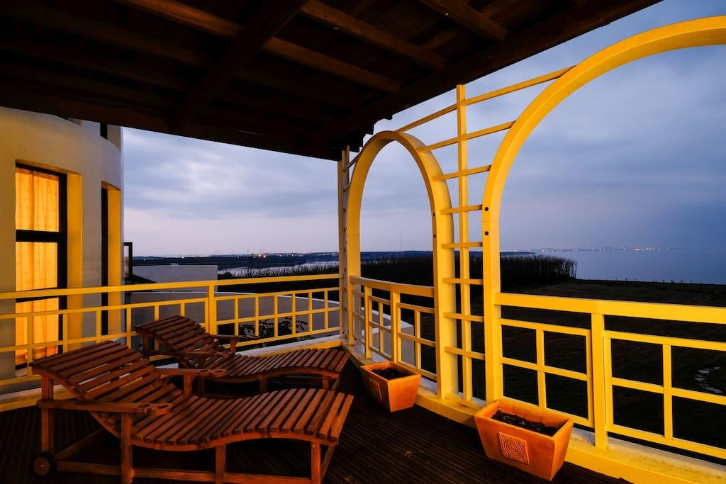 黃昏時刻的陽台一隅