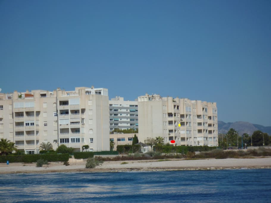 Appartement (point rouge) vu de la mer.