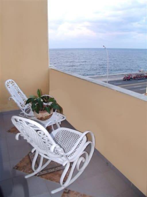 Excelentes espacios para disfrutar de las vistas, la brisa marina y las especialidades de la casa