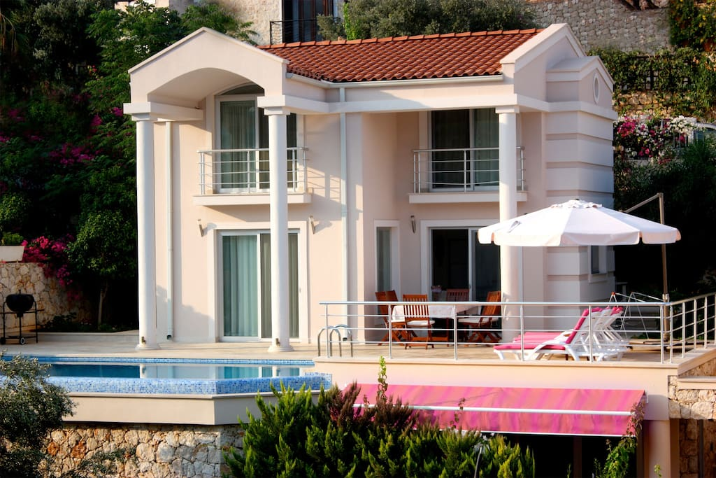 Full privacy on a spacious terrace & private swimming pool
