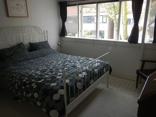 Cosy room with free bikes - Zaandam - Bed & Breakfast
