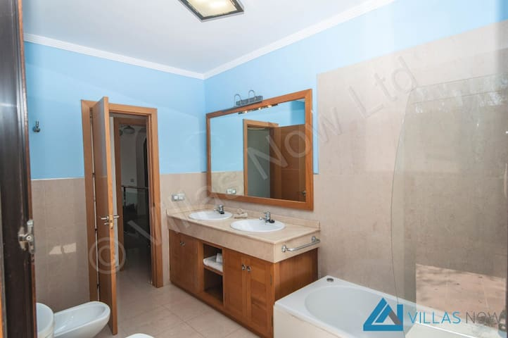 Baño en el cuarto de matrimonio / Bath of the double bed room.