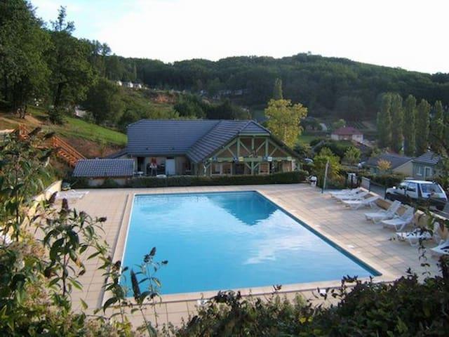 Chalet grande terrasse ,02 piscines et plan d'eau