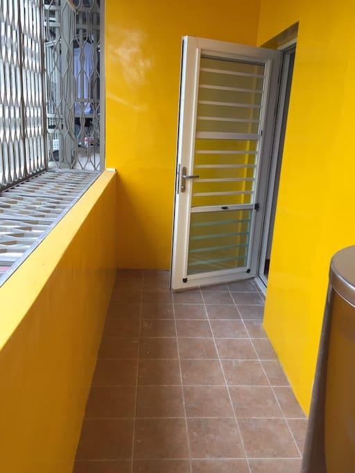 2樓及3樓都備有陽台可供使用。 3樓陽台備有洗衣機和烘衣機可以使用。