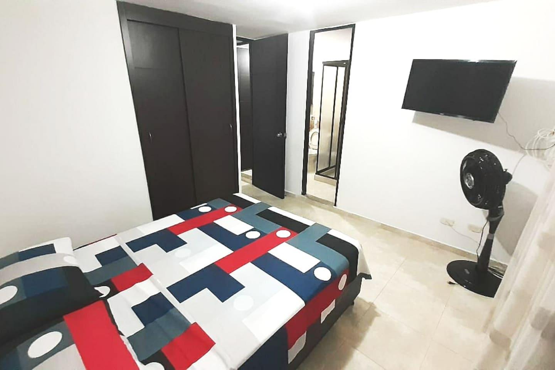 Habitación principal, con smartTV, ventilador, closet, baño principal, ducha