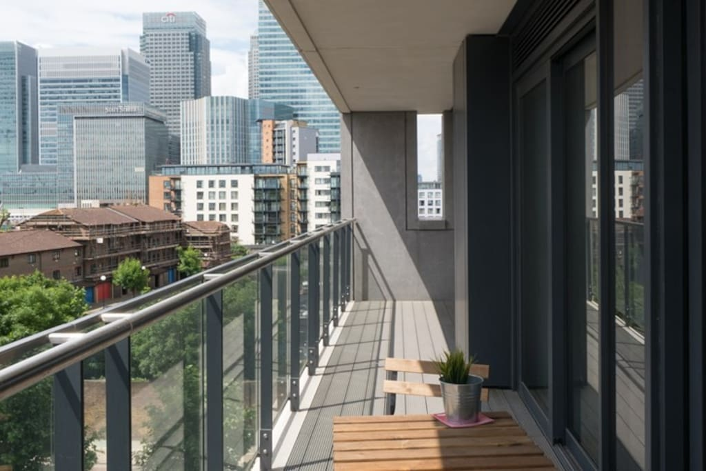 Balcony with view on Canary Wharf and Thames River