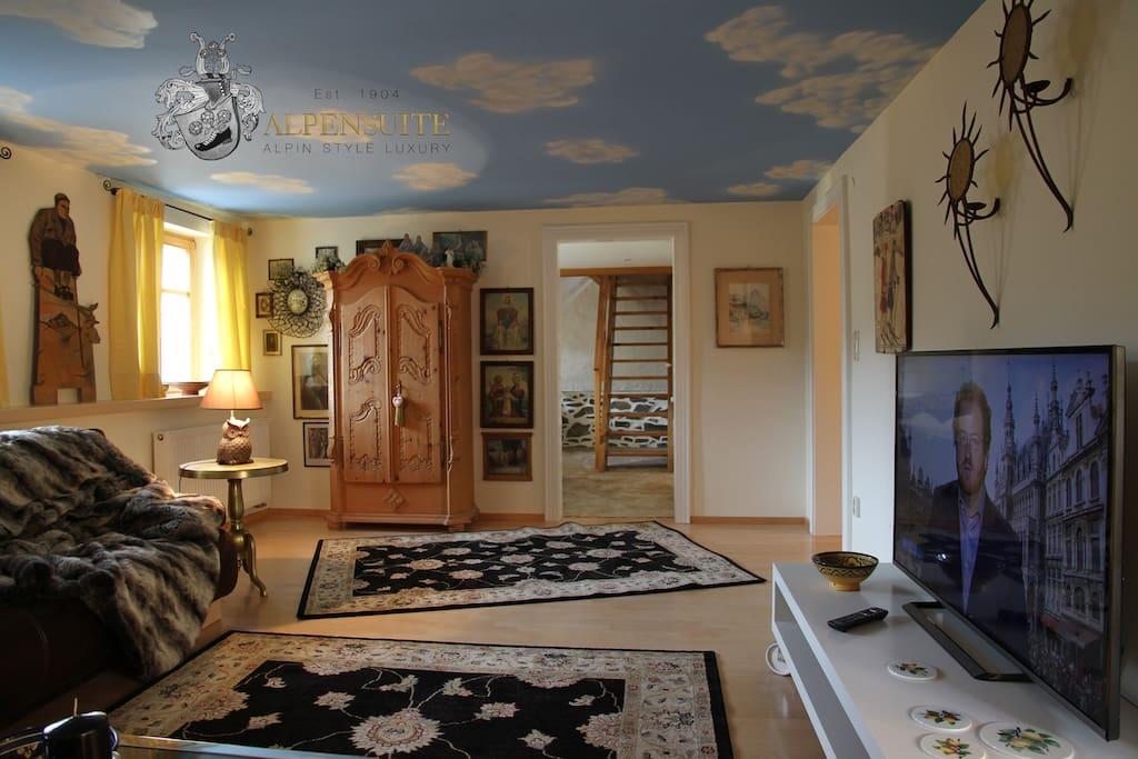 großzügiges Wohnzimmer mit 55 zoll Flat-TV
