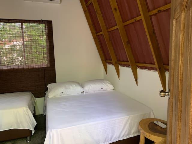 Nuestra cabaña Uvita e'playa con acomodación para 4 personas, aire acondicionado y baño interior.