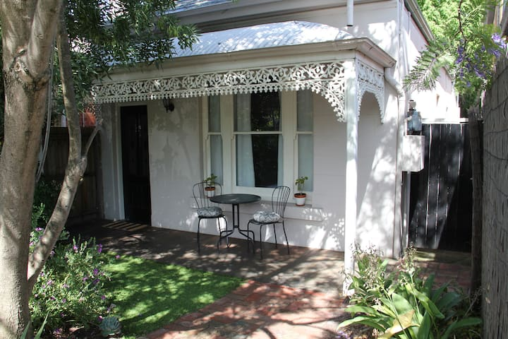 Easy Melbourne Holiday at the Camberwell Cottage - Camberwell