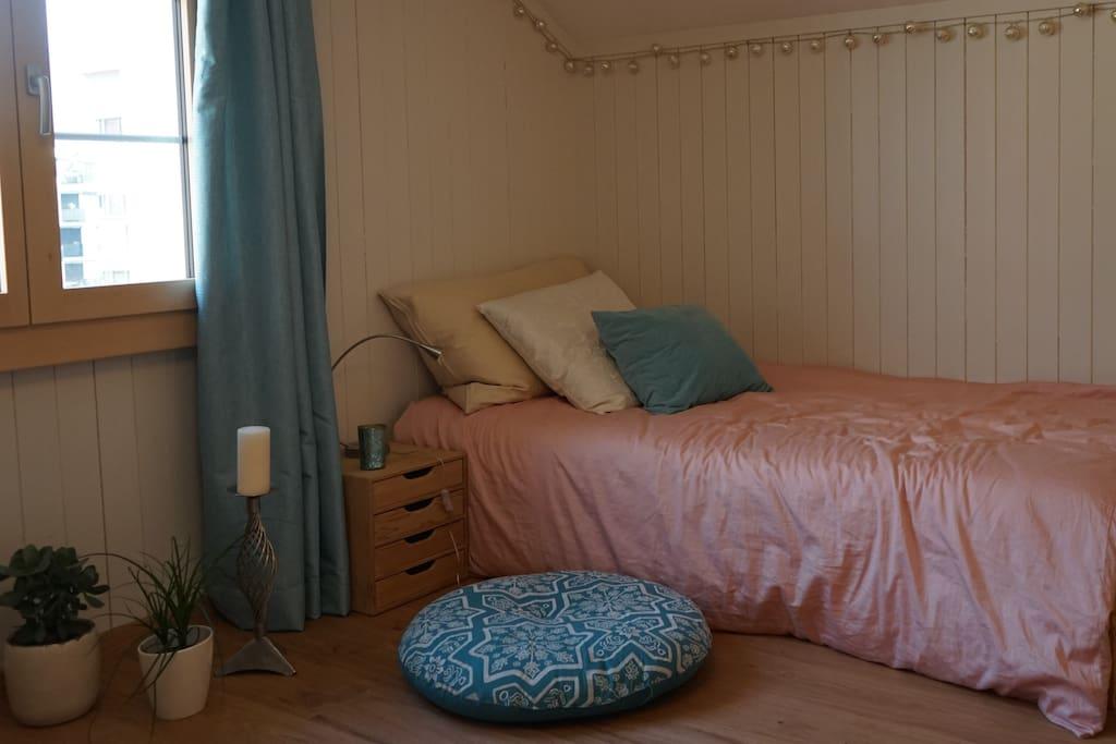Dieses Bett kann man in zwei Betten verwandeln.  This bed can be changed in two beds.