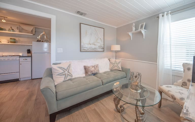"""Silver """"C"""" Cottage: Walking Distance to Town and Beach, Pets, Island Style"""