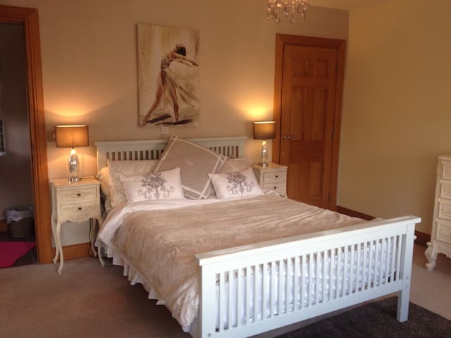 Malahide Sleeps 14 free wifi & parking - Malahide - Casa