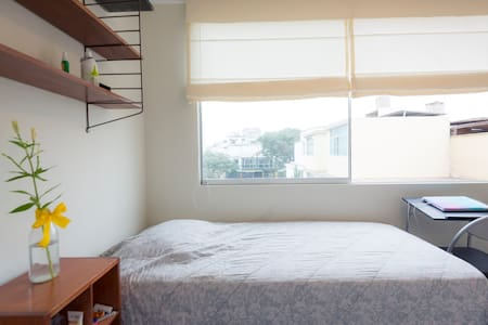 Habitación con escritorio y guardaropa - Lince