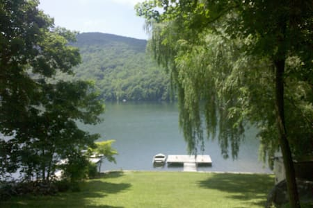Beautiful Lakefront Retreat - New Fairfield
