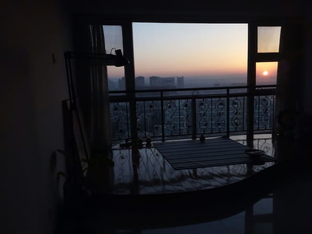 昆明火车站  日出观景大床房 (最便利位置+星空夜景)楼下机场巴士站 - Kunming - Apartment