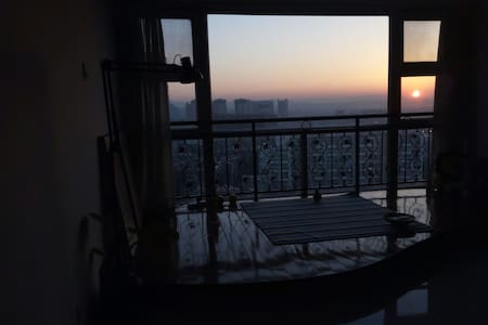 昆明火车站  观景大床房 (迷人日出景观+最便利位置)楼下机场巴士站 - Kunming - Apartemen