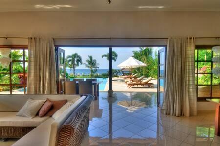 Beachvilla Nirwana, pool and staff - Bali