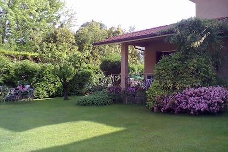 villa al mare con giardino - ปิเอทราซานตา