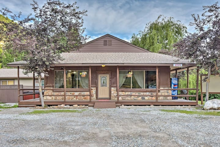 Huge Preston Cabin w/ Hot Tub - Great for Events!