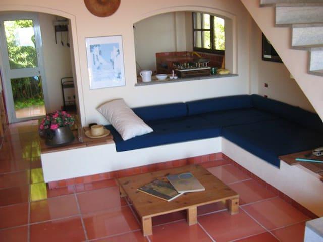 Zona relax con retro cucina