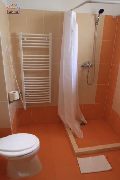 A hozzá tartozó fürdőszoba