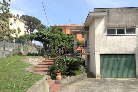 Casetta vista mare con giardino - Varazze
