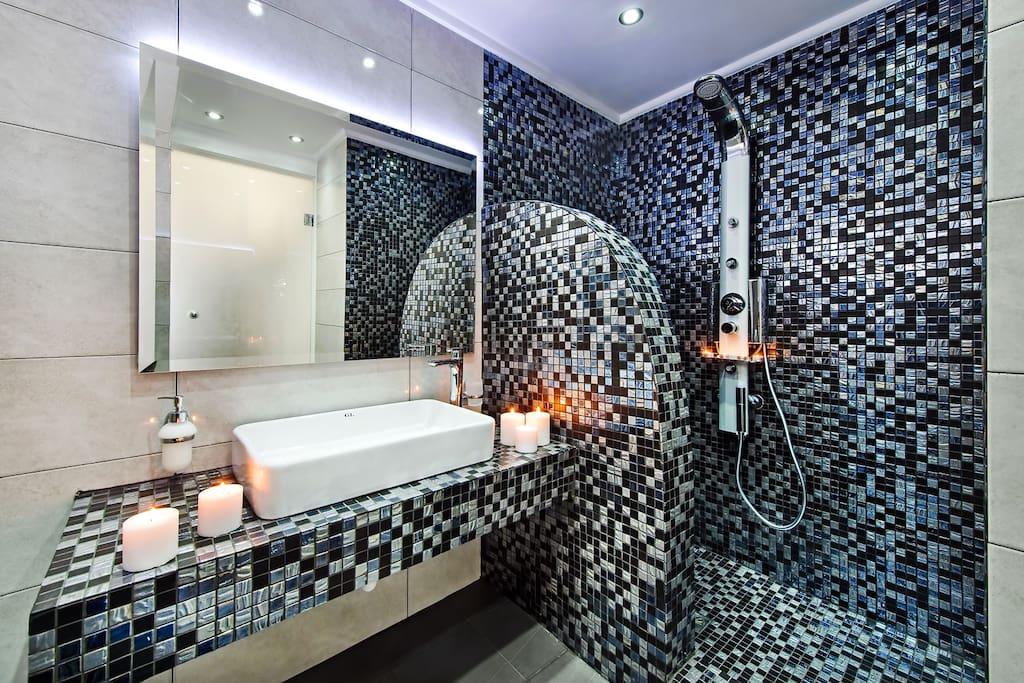 bathroom with hydromassage