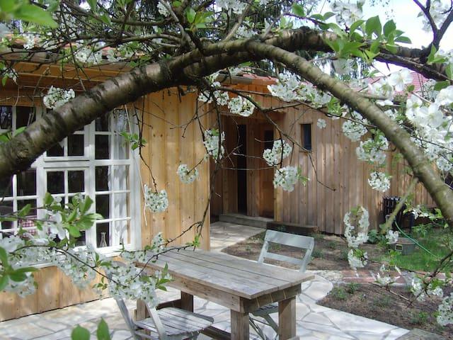 Außergewöhnliche Holzhütte im Wald - Heidesee - Pondok